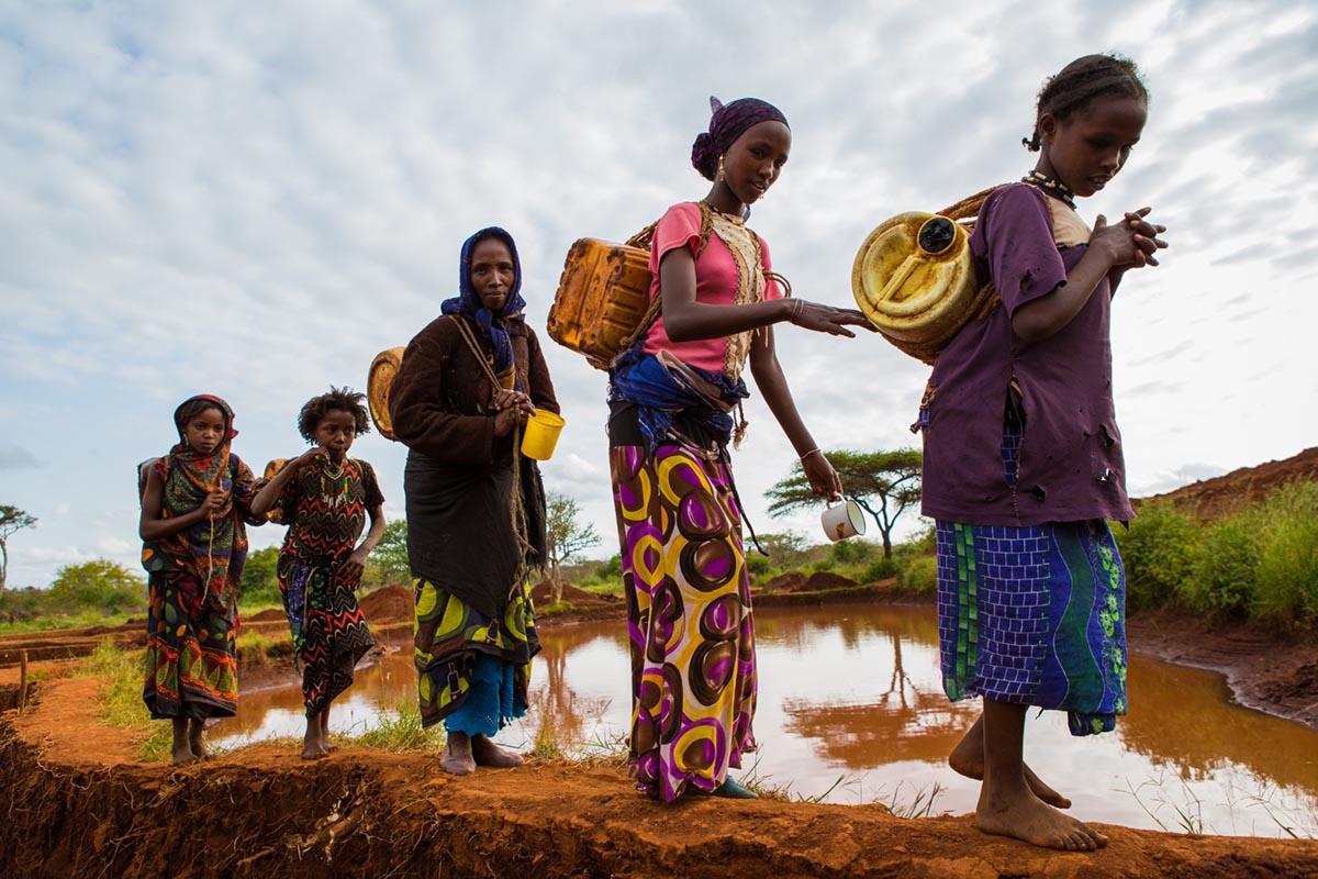 Etiopiske kvinner som må gå langt etter vann