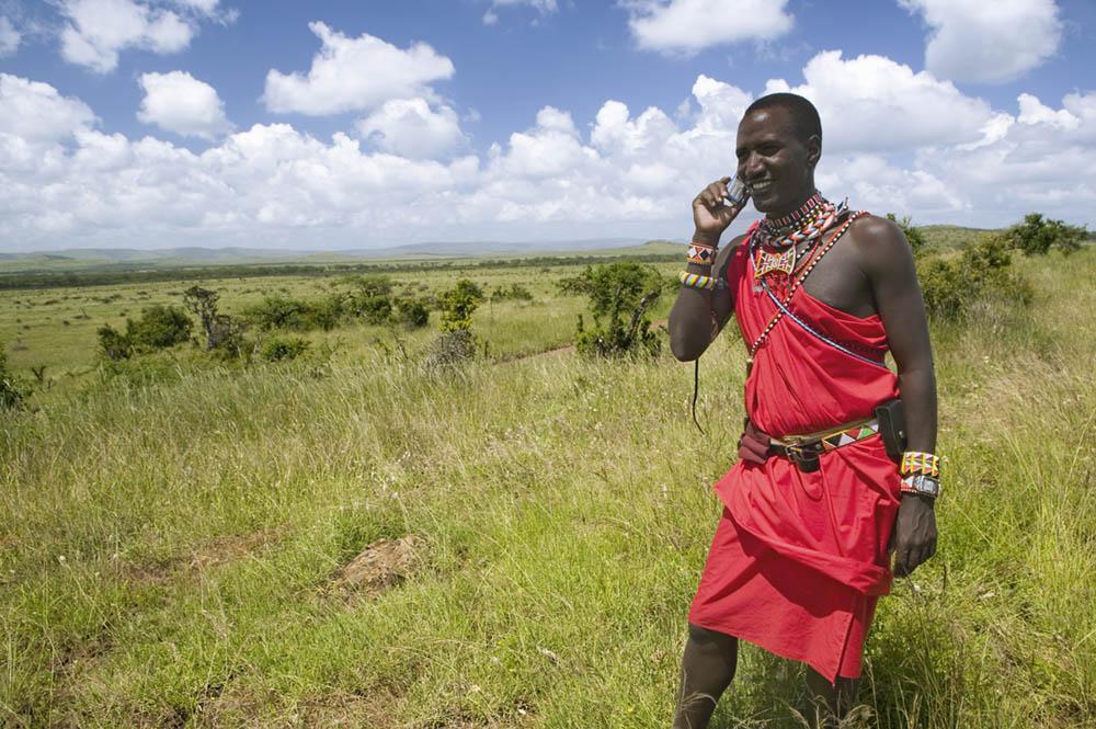 Masai-mann som snakker i mobilen